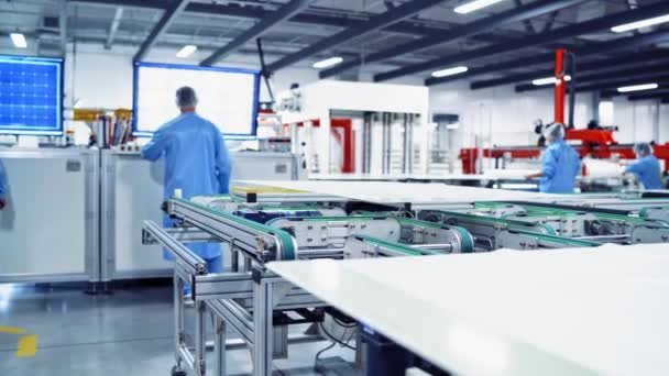 Solarzellen-Produktionsanlage, grünes Energiekonzept. Industrieller Raum mit speziellen Maschinen. Moderne Anlagentechnik.