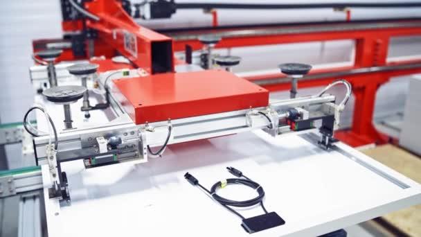 Herstellung von Sonnenkollektoren, Industrieroboter, der in der Fabrik arbeitet, Tracking-Steuergerät für Roboterhände. Fließband im Werk. Prozess-Nahaufnahme-Video.