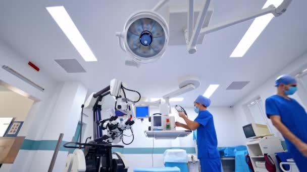 Neue Roboterausrüstung in der Klinik Ärzte bereiten medizinische Instrumente auf einem modernen medizinischen Hintergrund des Operationssaals vor. Gesundheitskonzept.