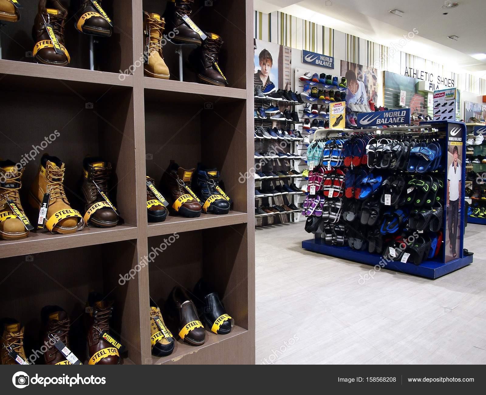 3d2125cd6 Uma variedade de sapatos e calçado em exposição em uma loja — Fotografia de  Stock
