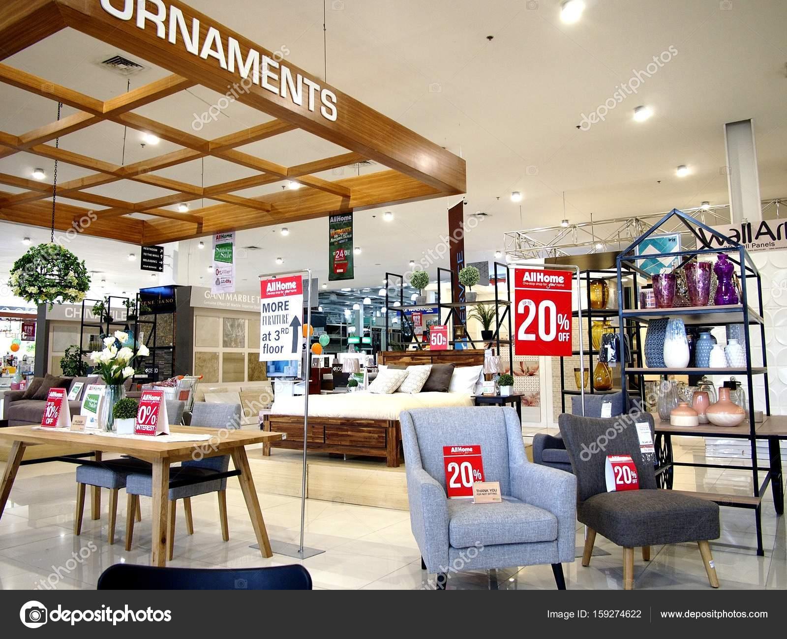 juli 2017 eine vielzahl von mobeln und dekor auf dem display in einem hause geschaft bereit vom kunden abgeholt foto von junpinzon