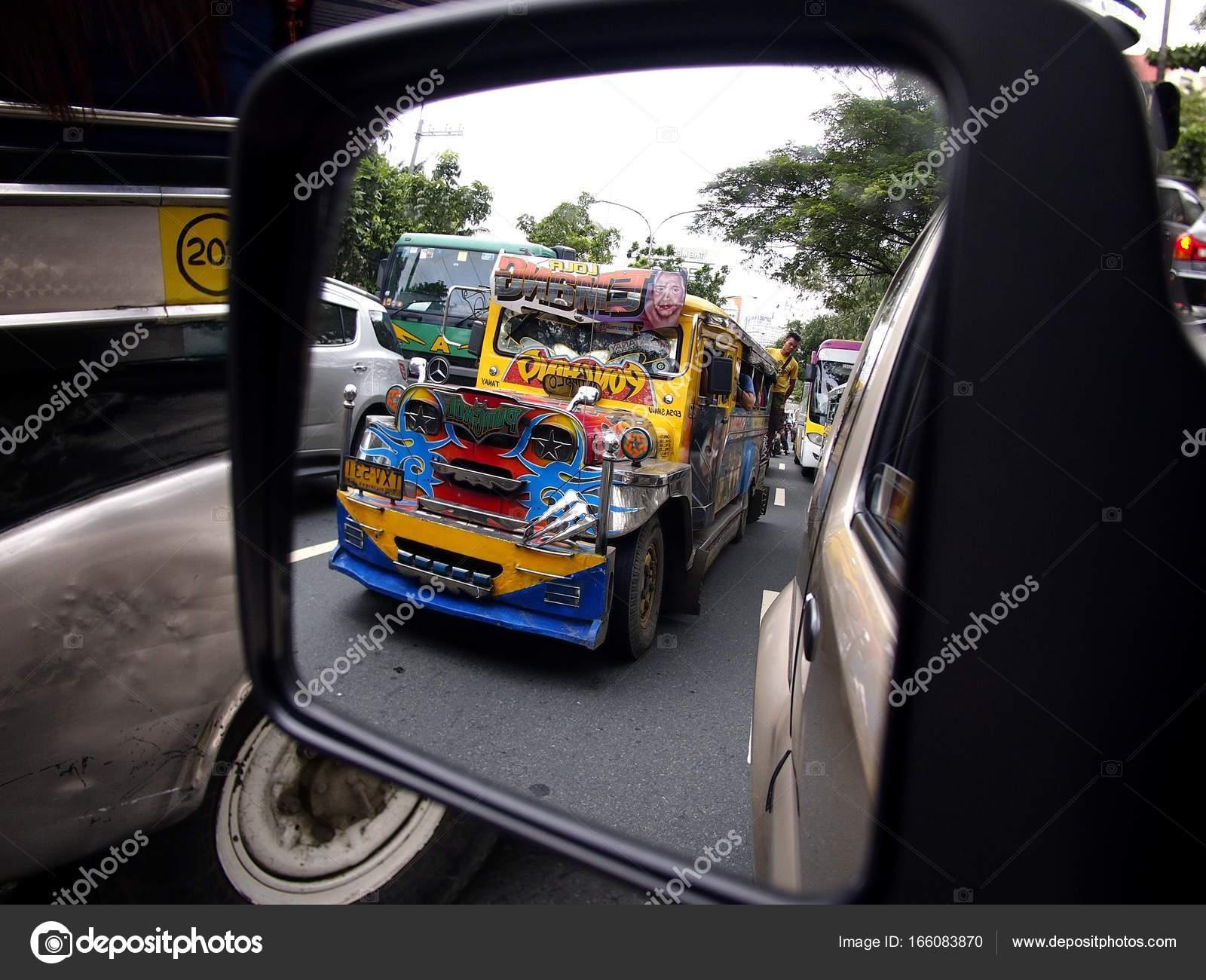 Pasig City, Philippines   31 Août 2017 : Un Passager Coloré Jeepney à  Partir Du0027un Miroir De Côté Du0027une Voiture U2014 Image De Junpinzon