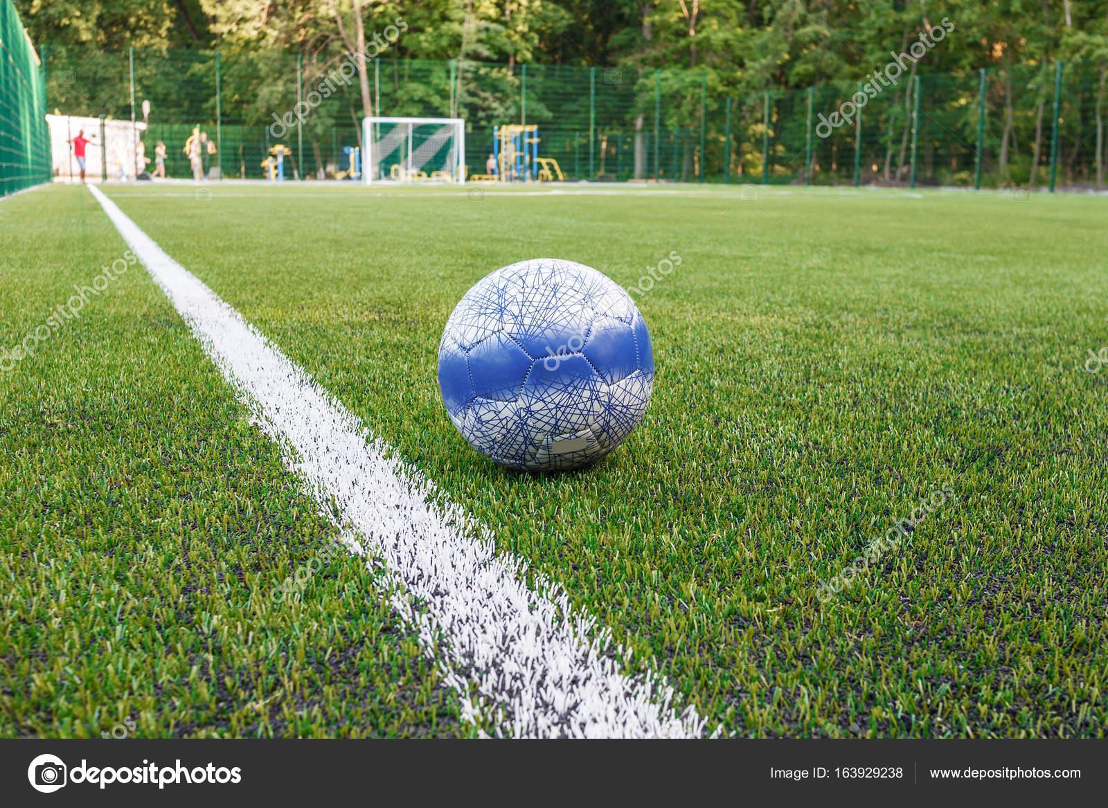 Tappeti Per Bambini Campo Da Calcio : La palla si trova vicino alla linea laterale del campo di calcio