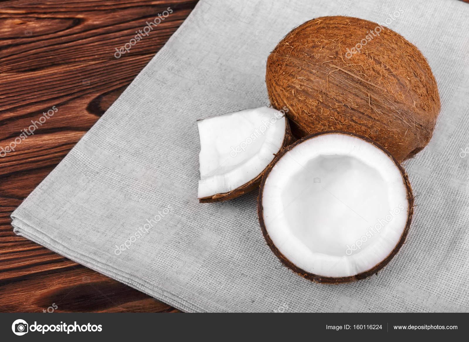 Couper Noix De Coco noix de coco fraîche et tissu gris sur un fond brun. tasty couper la