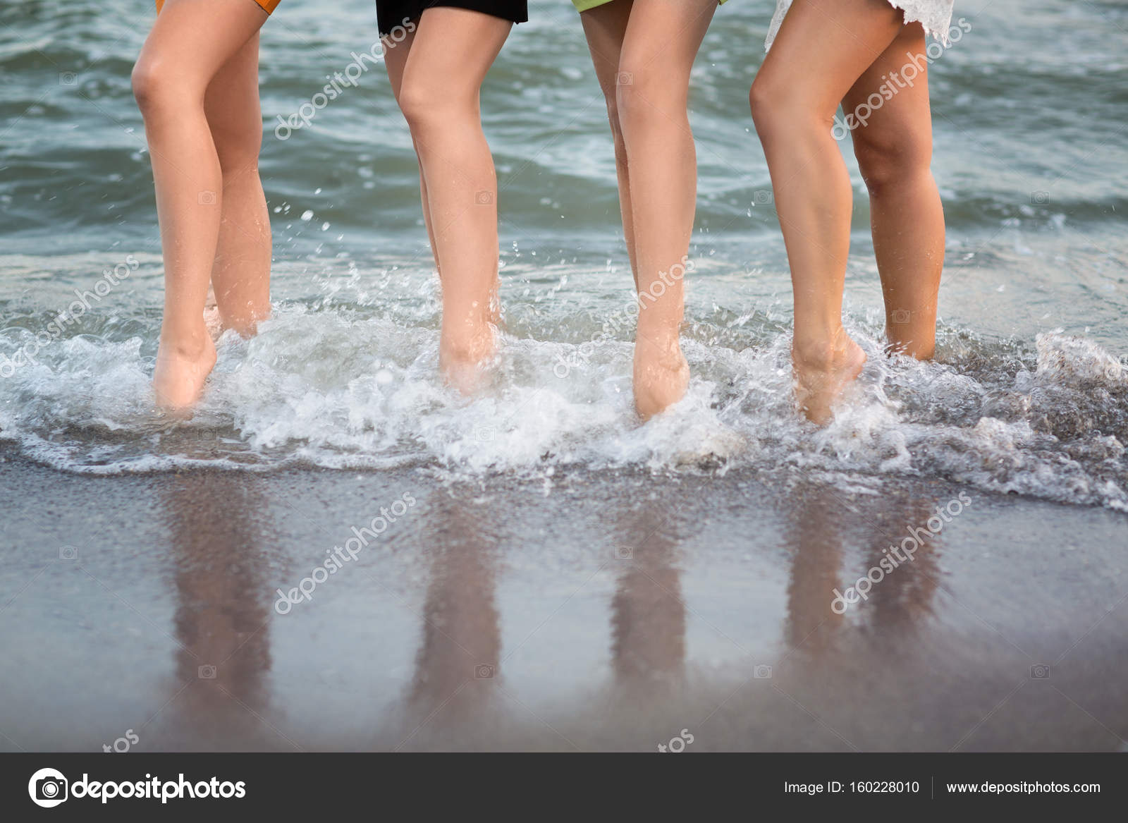 Donne Meravigliose Con Le Gambe Lunghe Sono A Piedi Vicino Al Mare
