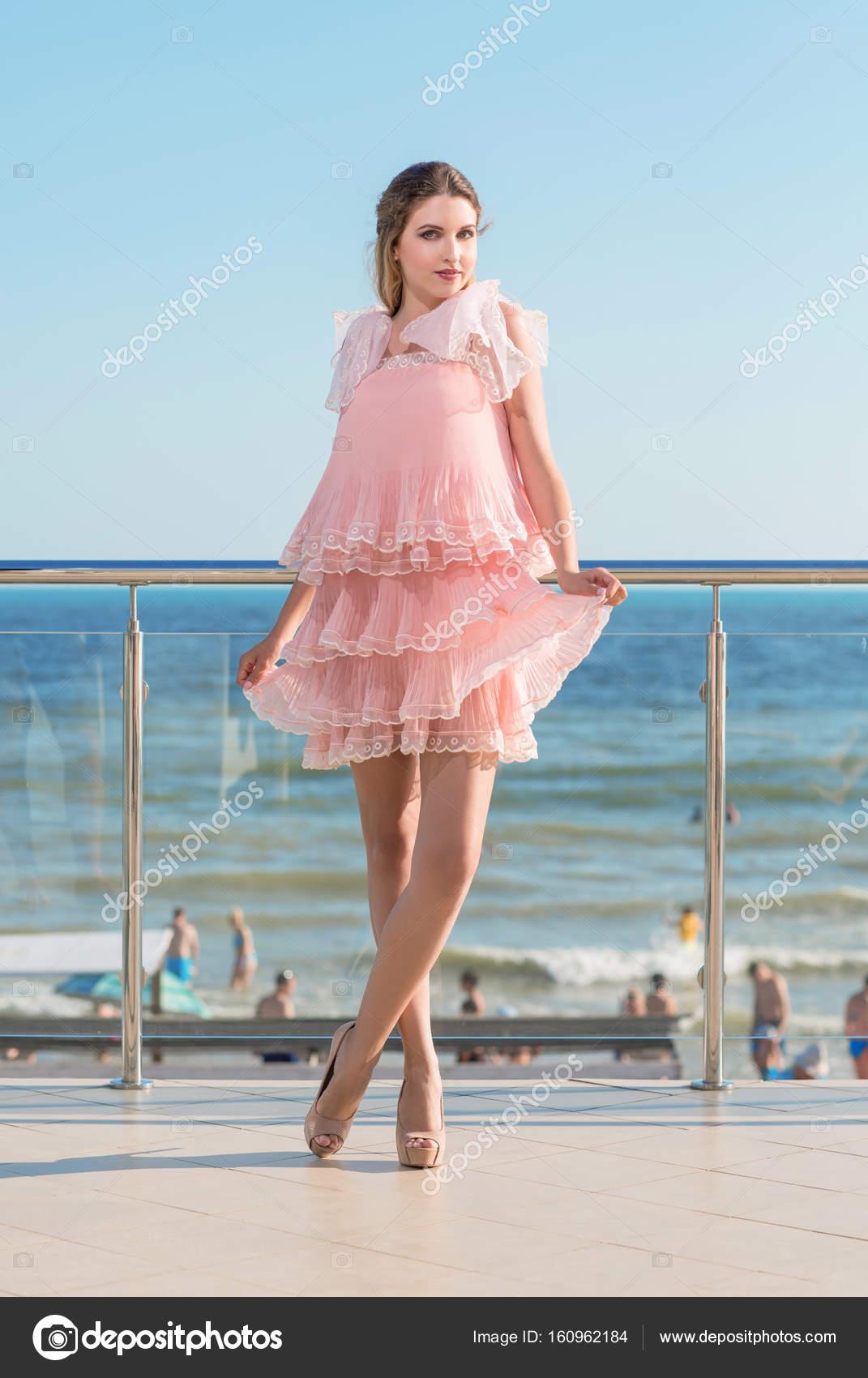 Retrato de cuerpo entero de una mujer encantadora en un vestido ...