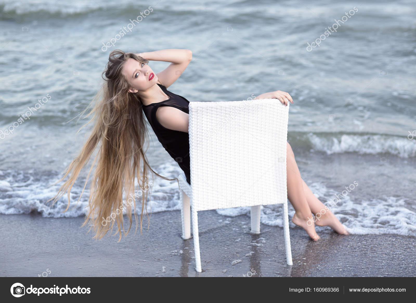 ce4c89efb13e Una splendida ragazza su una priorità bassa blu naturale del mare. Una  signora in un