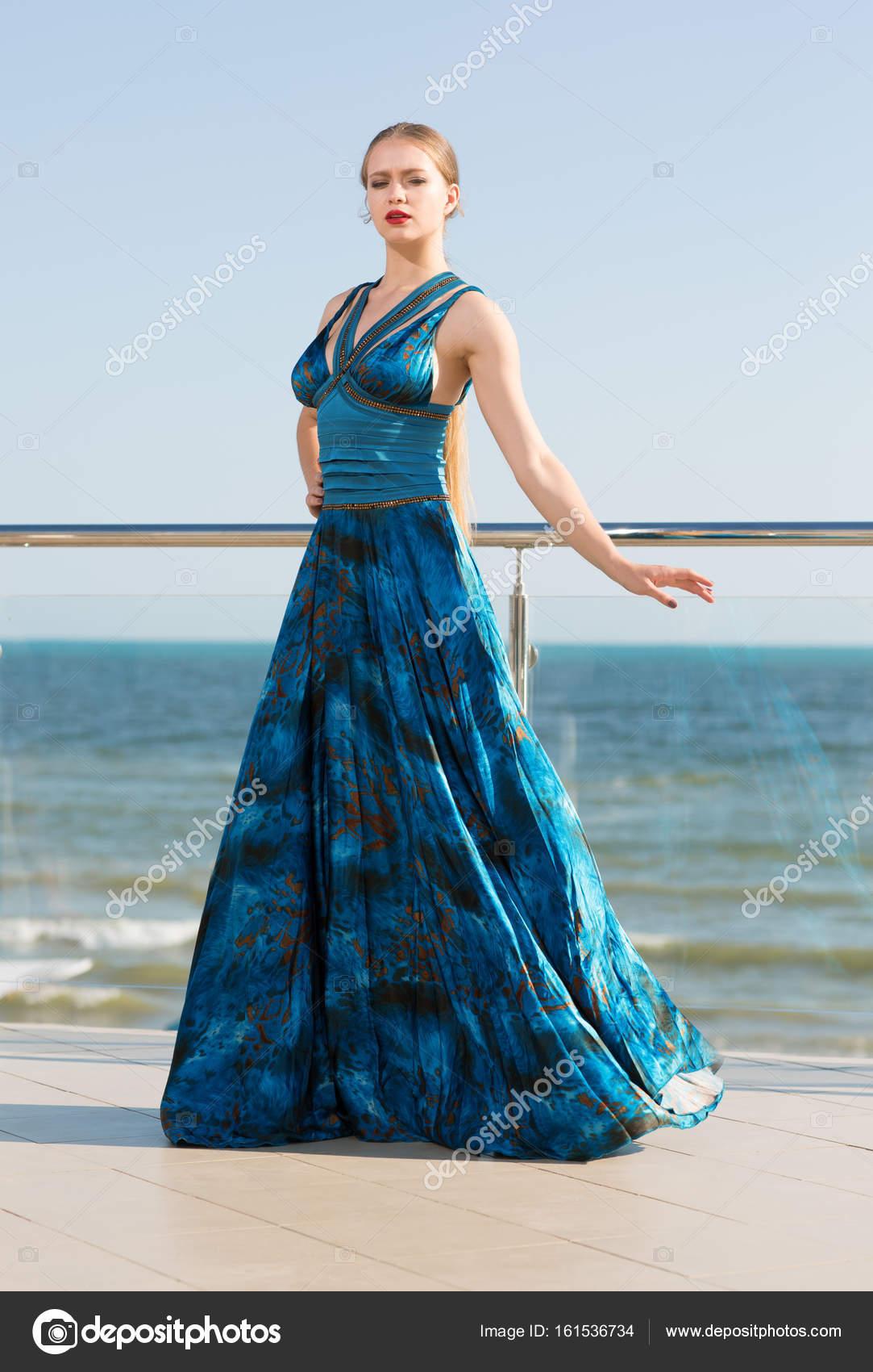 factory authentic 67f4a 2a784 Una donna bella ed elegante in un abito verde smeraldo lungo ...