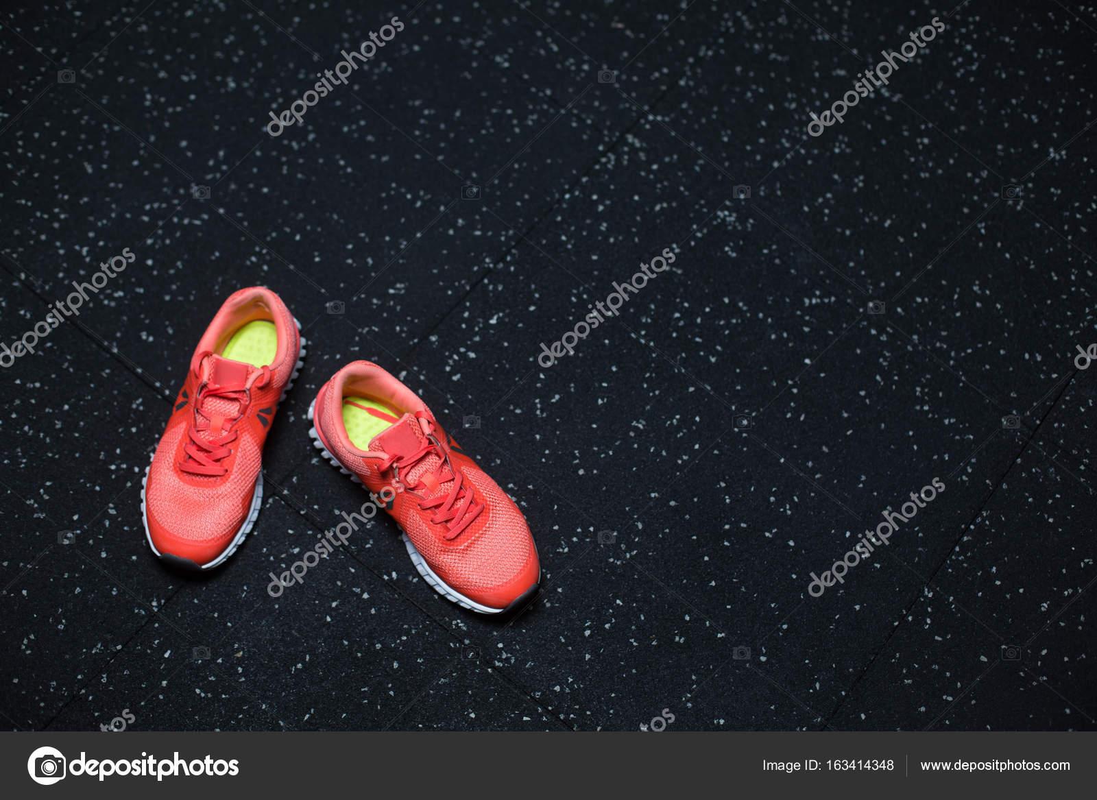Vista superior de brillantes carmesís zapatillas para mujer