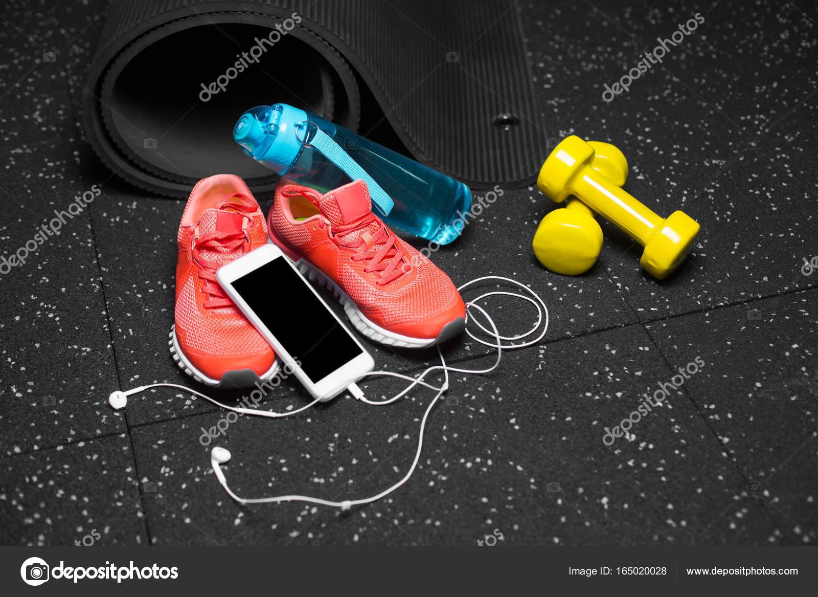 Un D'eau Plancher Sport Et Haltères De Sur Chaussures Fond YIdww8