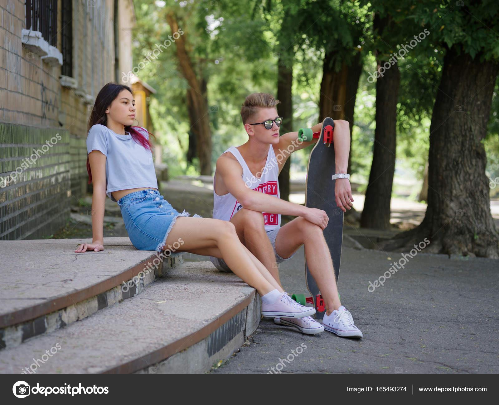 Размытое фото с парнем и девушкой