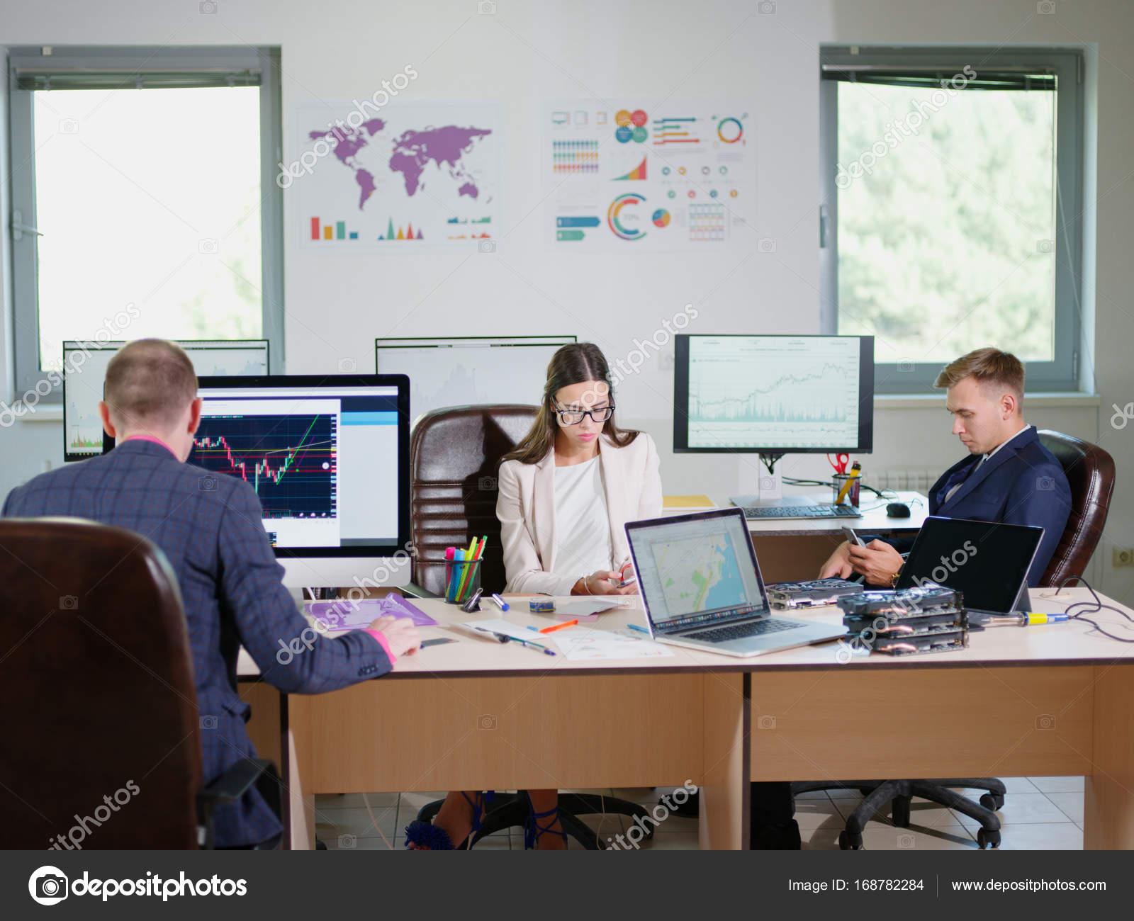 Les employés de bureau travaillent dans le bureau pour leur emploi