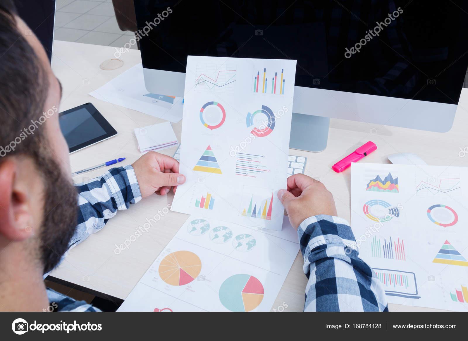 Lemployé de bureau analyse lhoraire de travail au bureau