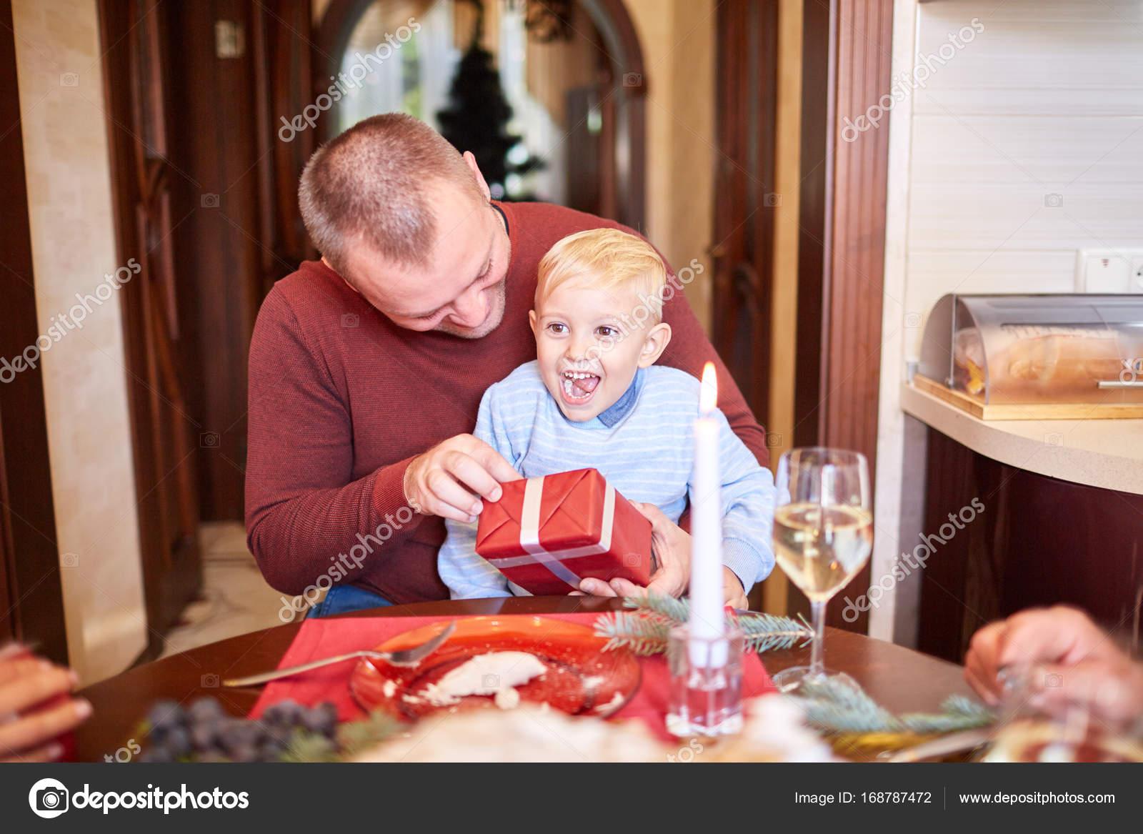 Papa rot schenken kleinen Sohn auf einem festlichen Hintergrund ...