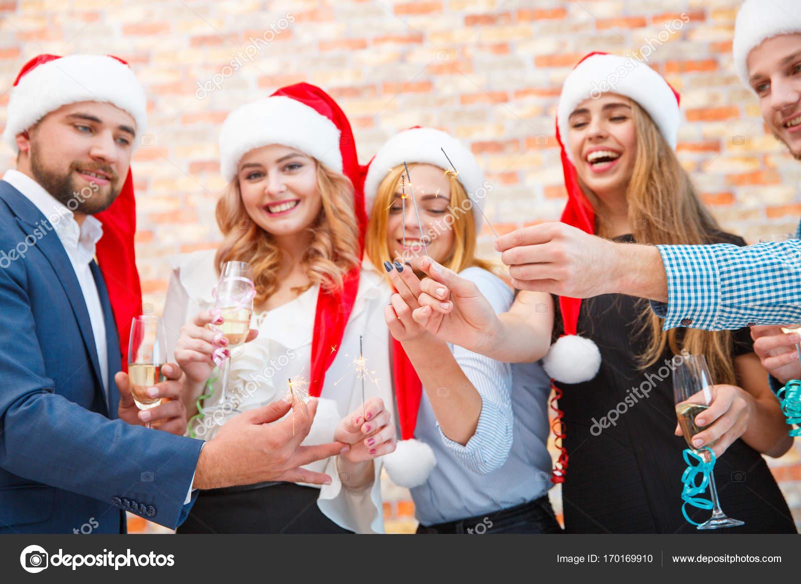 Fröhliche Weihnachten-Freunde mit Wunderkerzen auf der Office ...