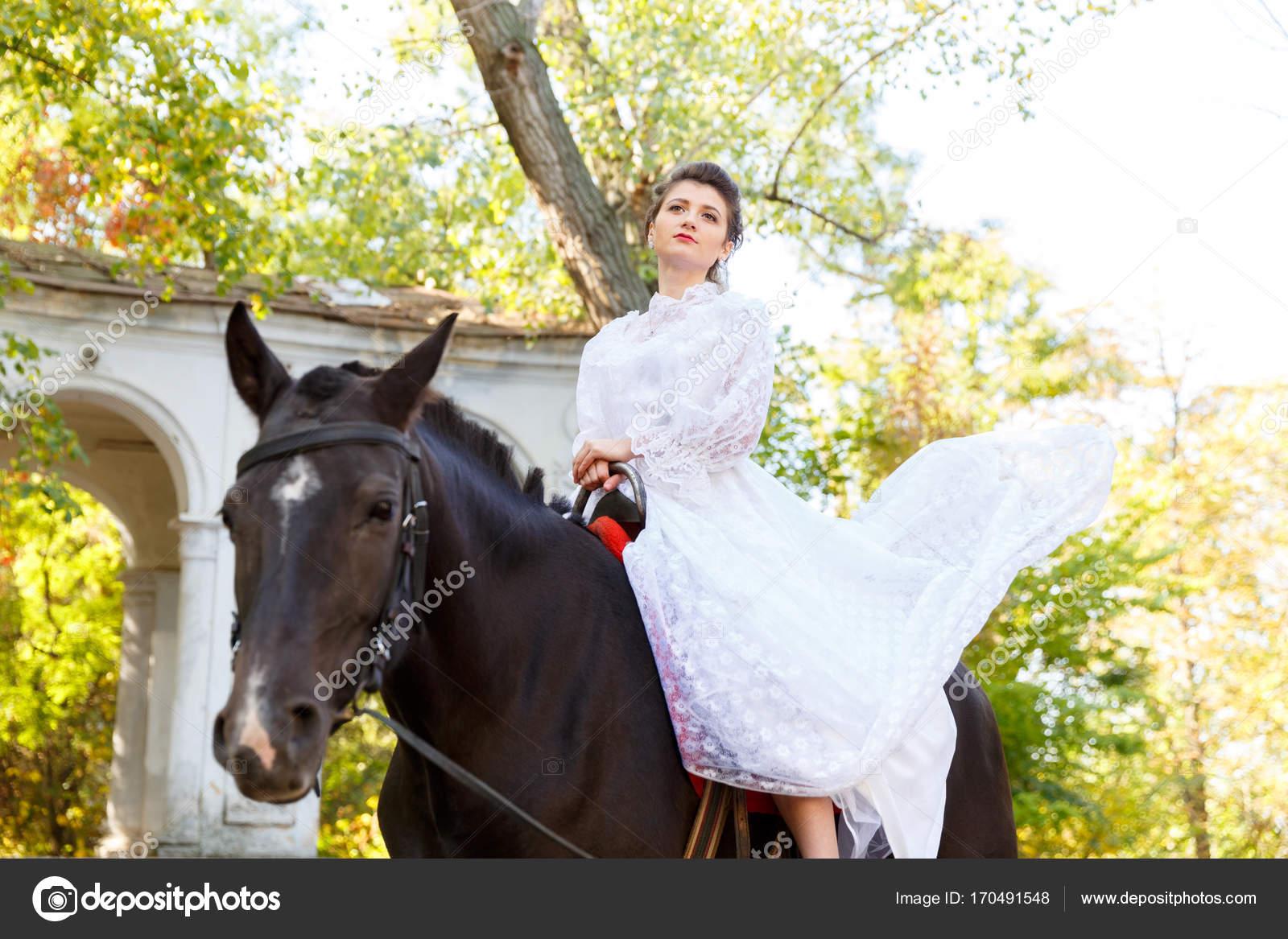 more photos 45865 ce6aa Bella sposa in un abito che monta un cavallo. — Foto Stock ...