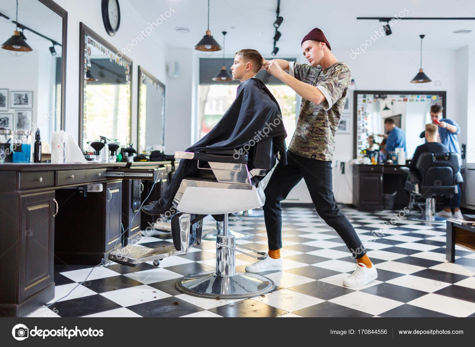 Parrucchiere barbiere parihopher strechot piccolo ragazzo seduto