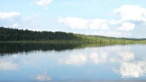 Gyönyörű tó táj, erdő
