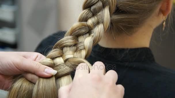 Mester teszi a lány frizuráját. Fodrász folyamat
