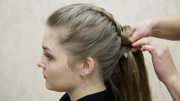 Master Macht Frisur Mädchen Hairstyling Prozess