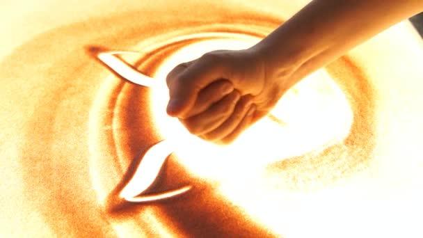 Kreslení s pískem. Kresba pískem na bílé plátno. Písek umělec. Nakreslí ruce