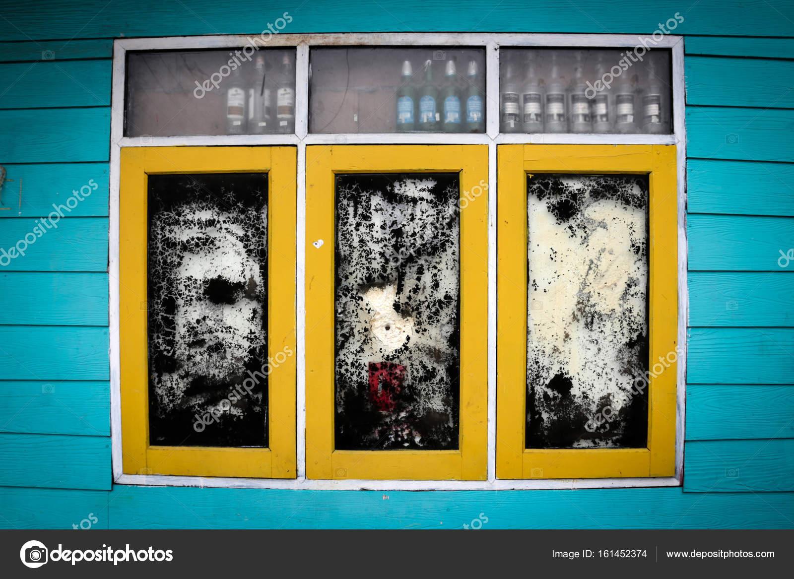 Die Alte Windows Gelbe Und Schwarze Farbe Mit Hellen Blauen Wandfarbe Im  Vintage Stil Für Einen Hintergrund U2014 Foto Von Yphotoland