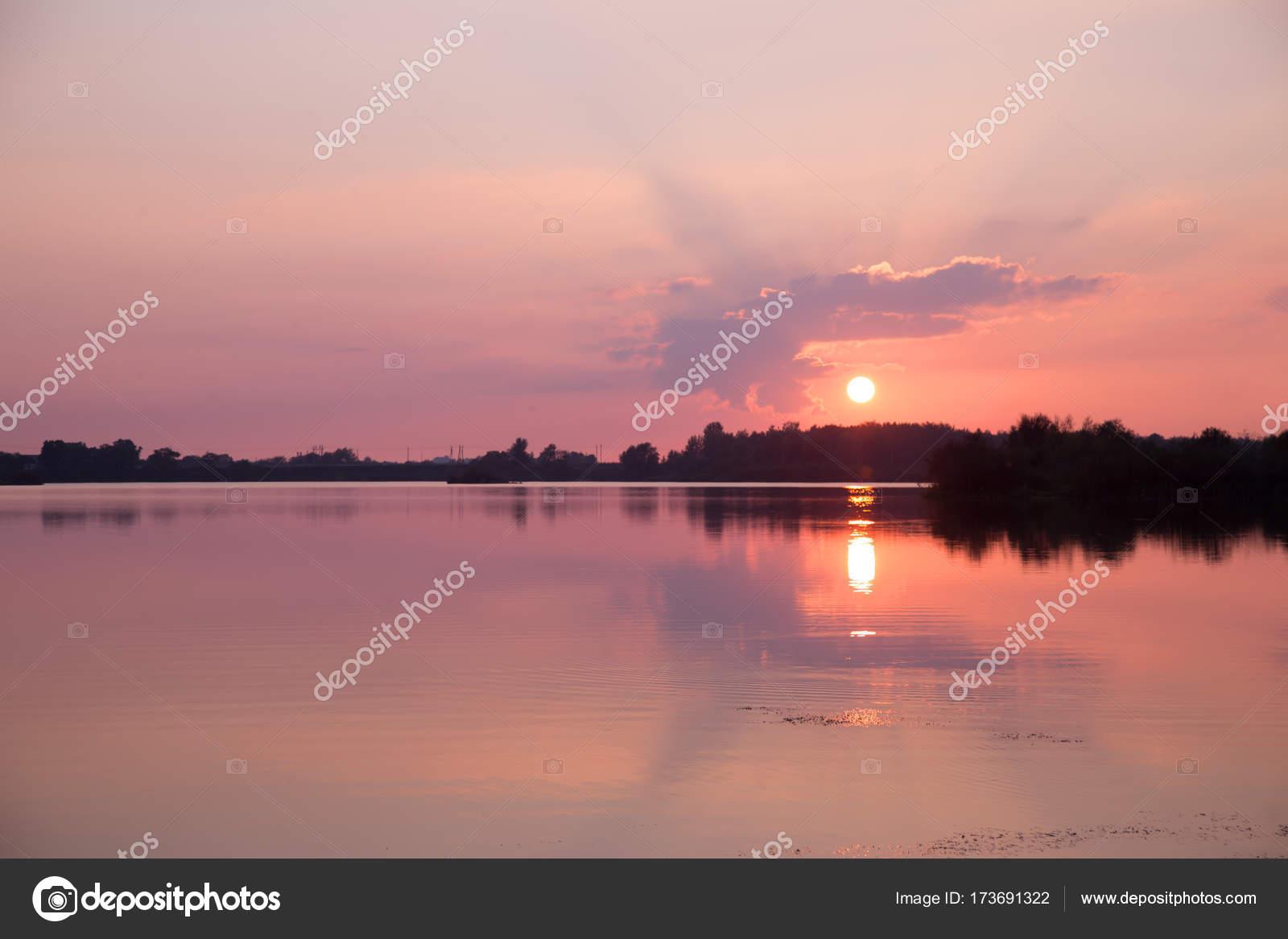 58499855488b9 Pôr do sol sobre o lago nas cores rosa e roxo — Fotografias de Stock ...