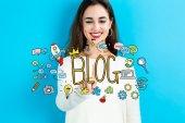 Fotografie Blog koncept s mladou ženou
