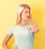 Giovane donna che fa un rifiuto posa