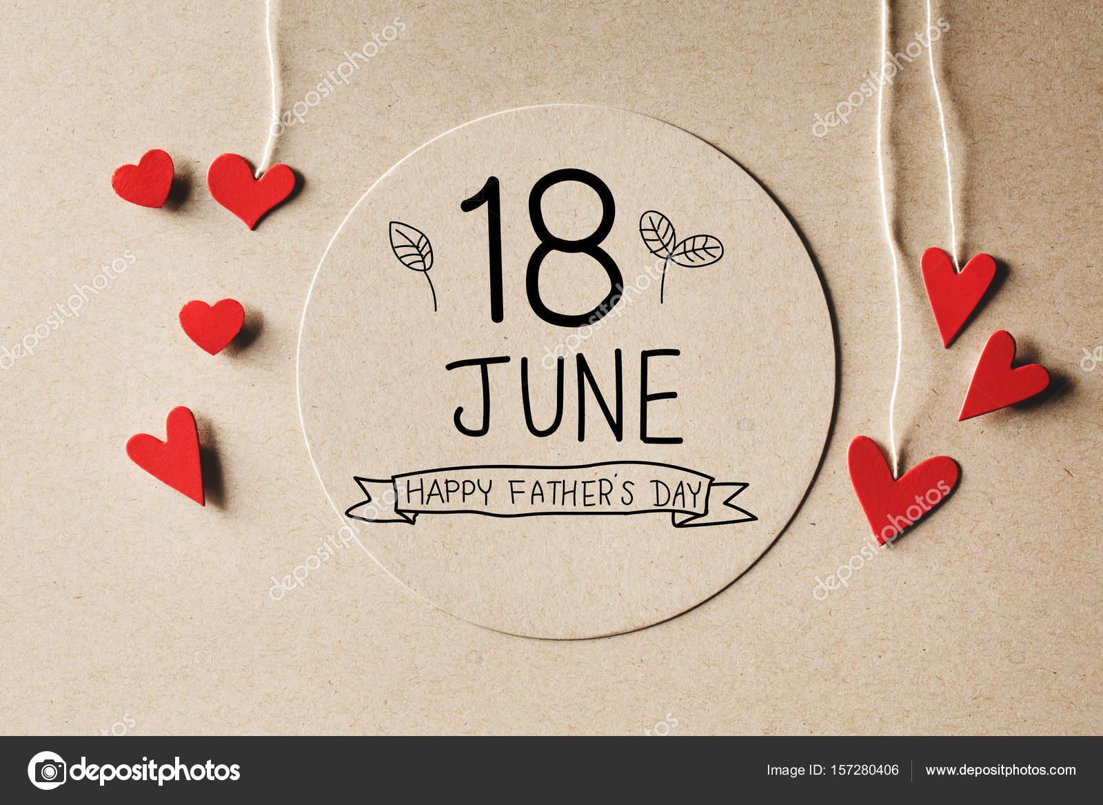 Mensaje de feliz día de las padres de 18 de junio con pequeños corazones —  Fotos