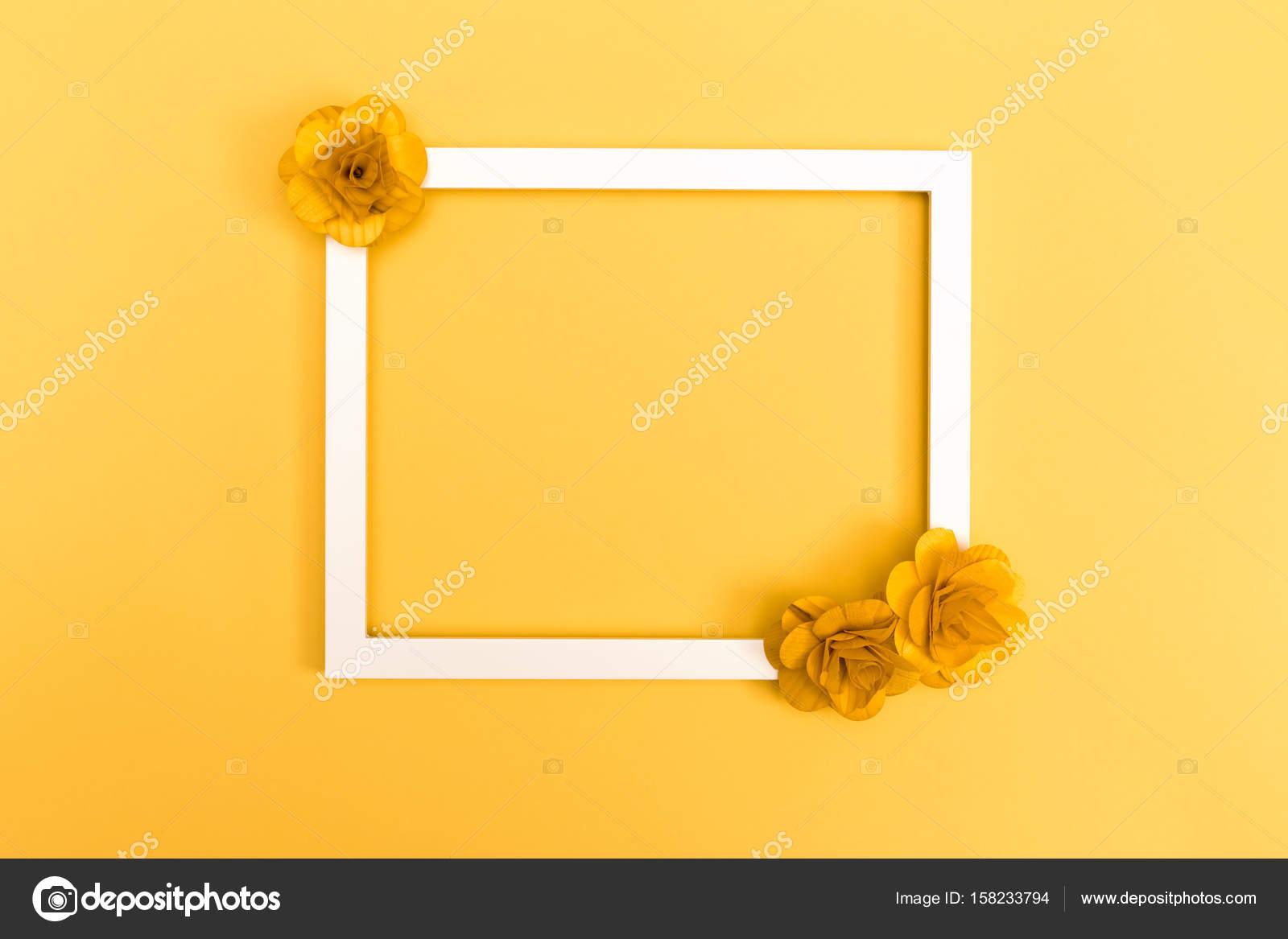 Bilderrahmen mit Blumen auf gelb — Stockfoto © Melpomene #158233794