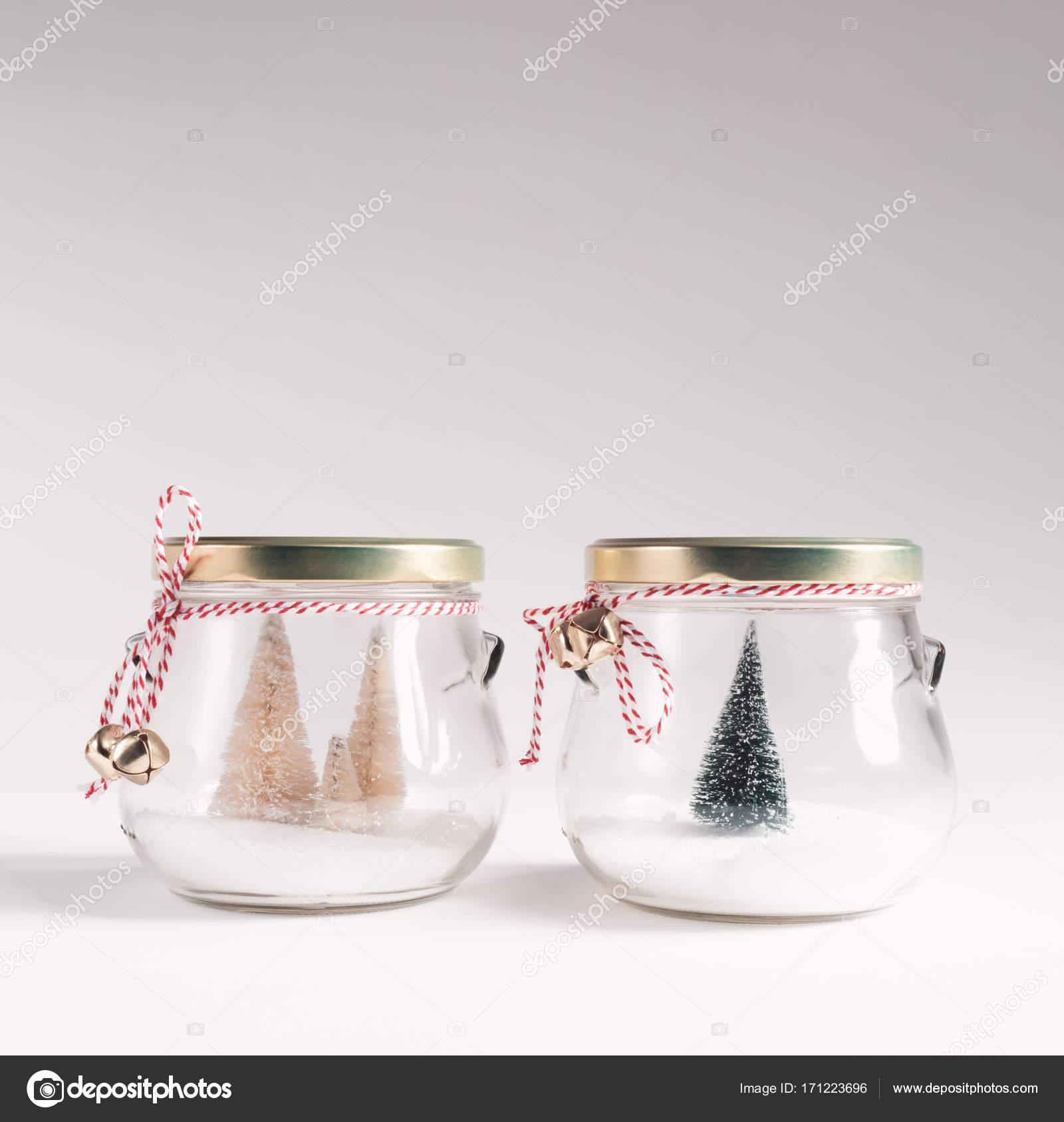 Piccoli Alberi Di Natale In Barattoli Di Vetro Foto Stock