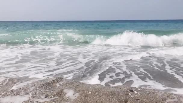 tenger hullámok összeomlik a parton lassított felvételen