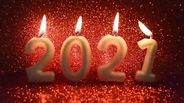 2021 gyertyák égő piros csillogás háttér, karácsony és újév kreatív koncepció, szelektív fókusz, videó üdvözlő kártya