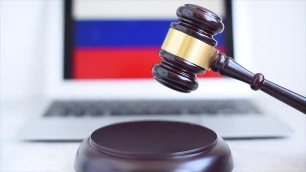 rozhodčí kladívko na pozadí ruské vlajky