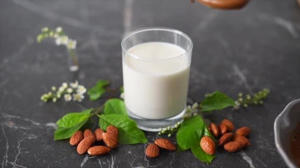 výroba dalgona káva s mandlovým mlékem na tmavém pozadí doma