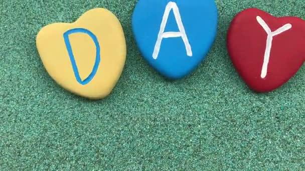 Všechno nejlepší k narozeninám s různobarevné kamenné srdce nad zelený písek