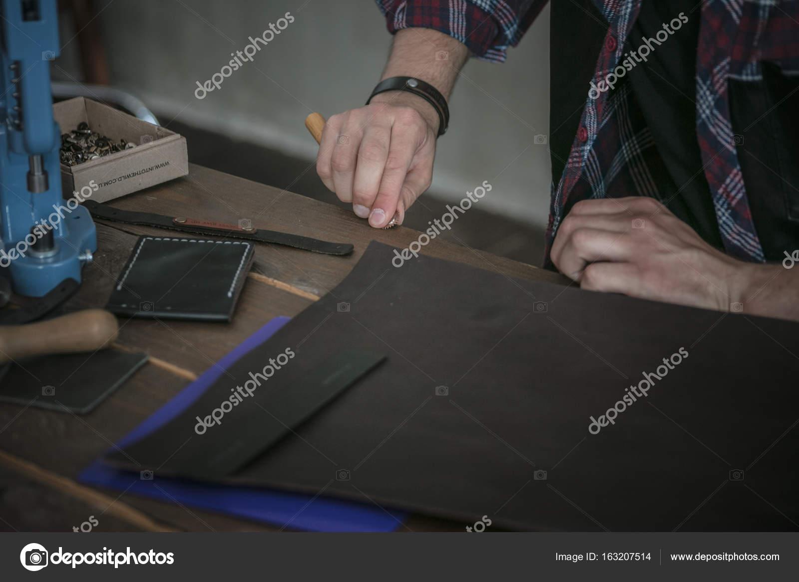 Lederhersteller Arbeiten Mit Werkzeug Auf Holztisch Mit Leder