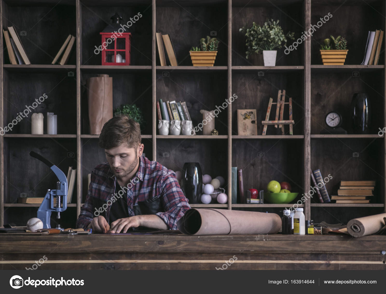 Junger Mann Lederhersteller Am Arbeitstisch Kennzeichnung Vornehmen