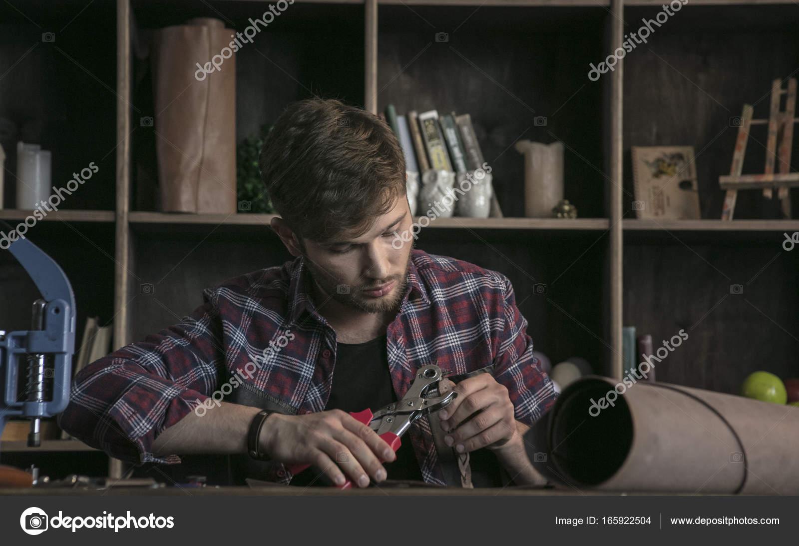 Junger Mann Leder Hersteller Heikle Arbeiten Mit Werkzeug Locher