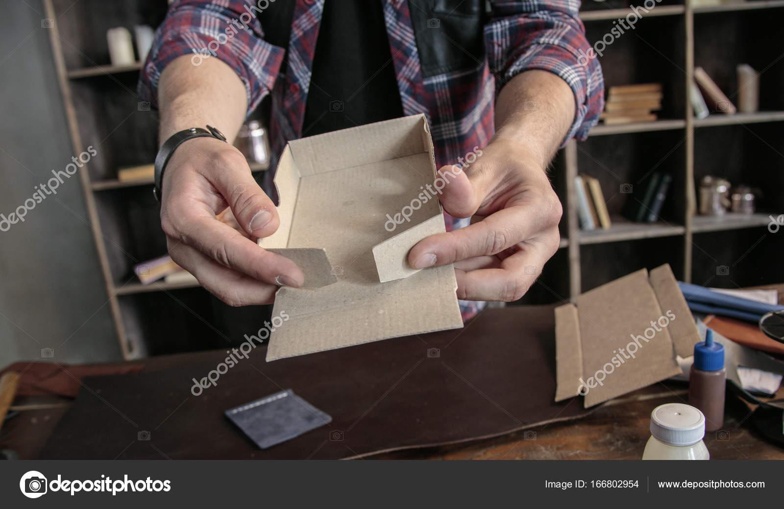 Junger Mann Leder Hersteller Manuell Zusammenzubauen Karton