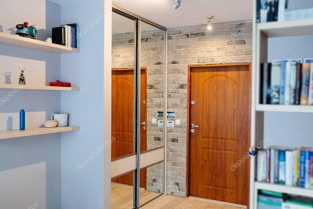 Kleerkast Met Spiegel : Entreehal in modern appartement met spiegel kleerkast u stockfoto