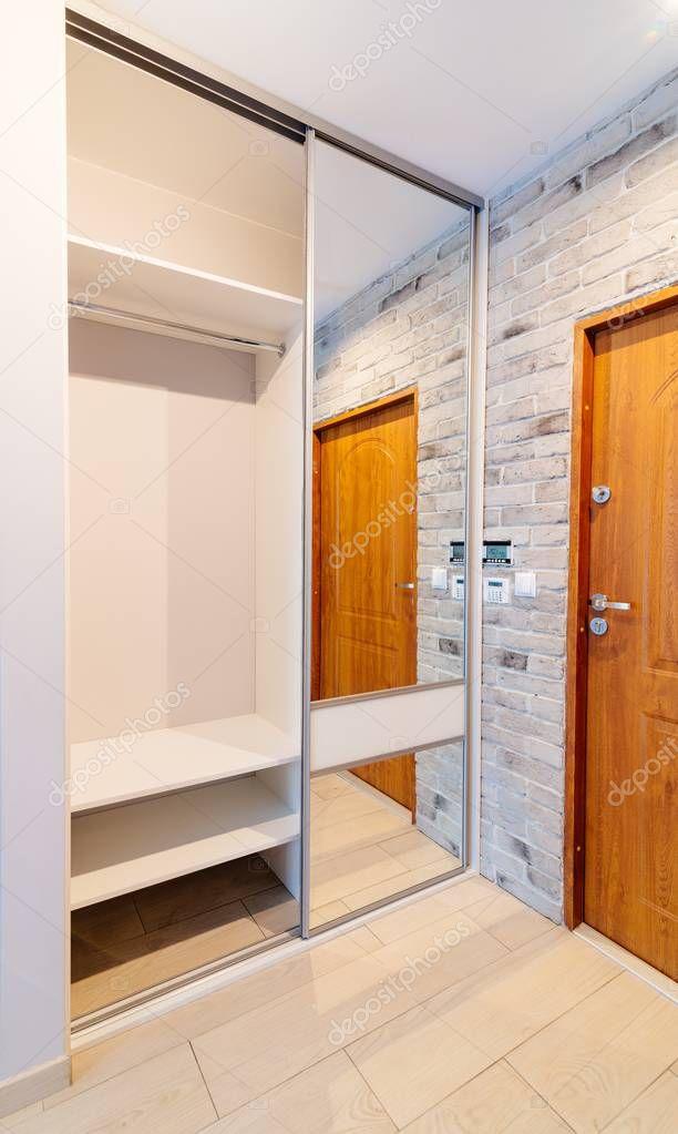 Kleerkast Met Spiegel.Entreehal In Modern Appartement Met Spiegel Kleerkast Stockfoto
