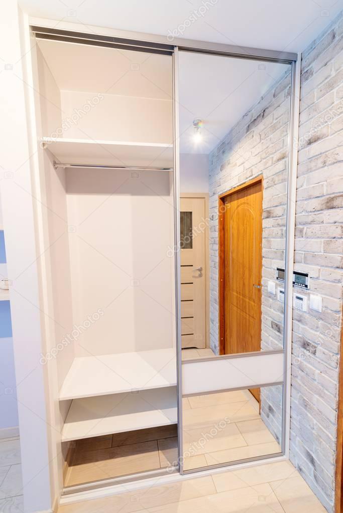 Hall d\'entrée dans l\'appartement moderne avec placard miroir ...