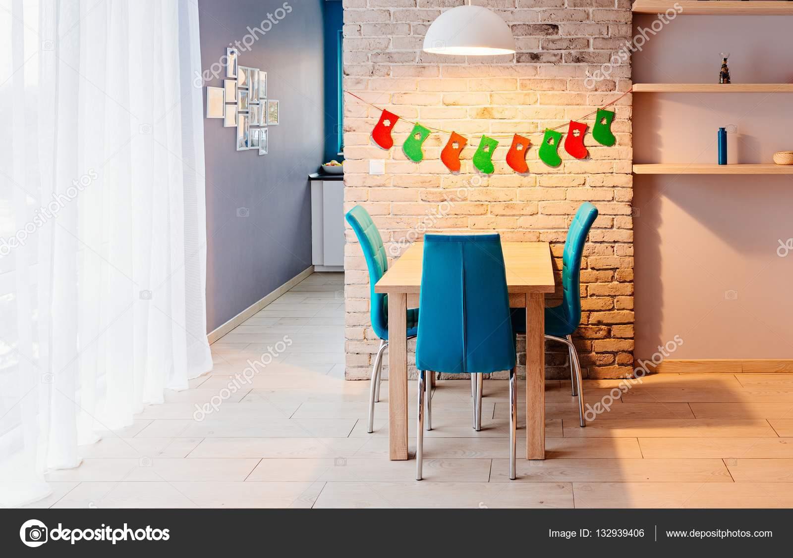 Eetkamer met kerstdecoratie u stockfoto djedzura