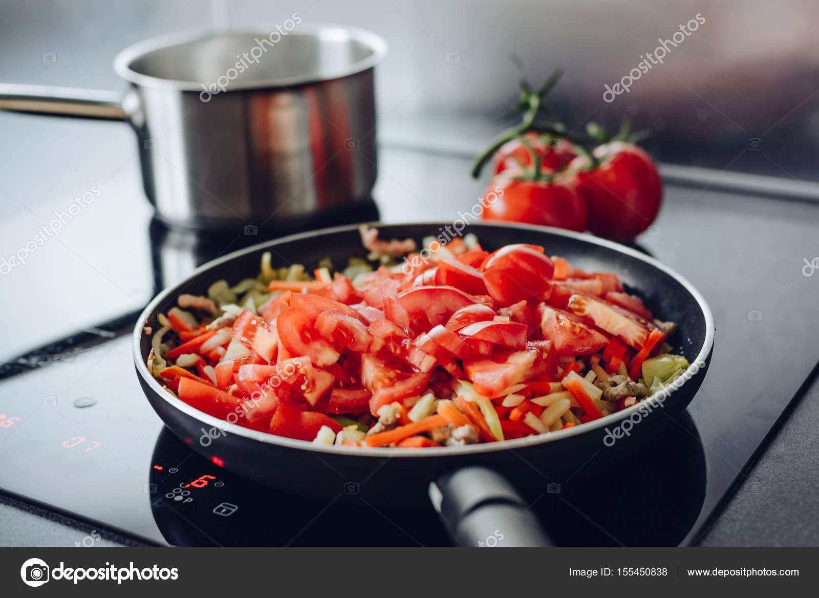Bir tavada domuz eti kızartma lezzetli ve sulu: biftek, biftek ve shashlik şeklinde sulu domuz eti dilimleri yapmak i&#231