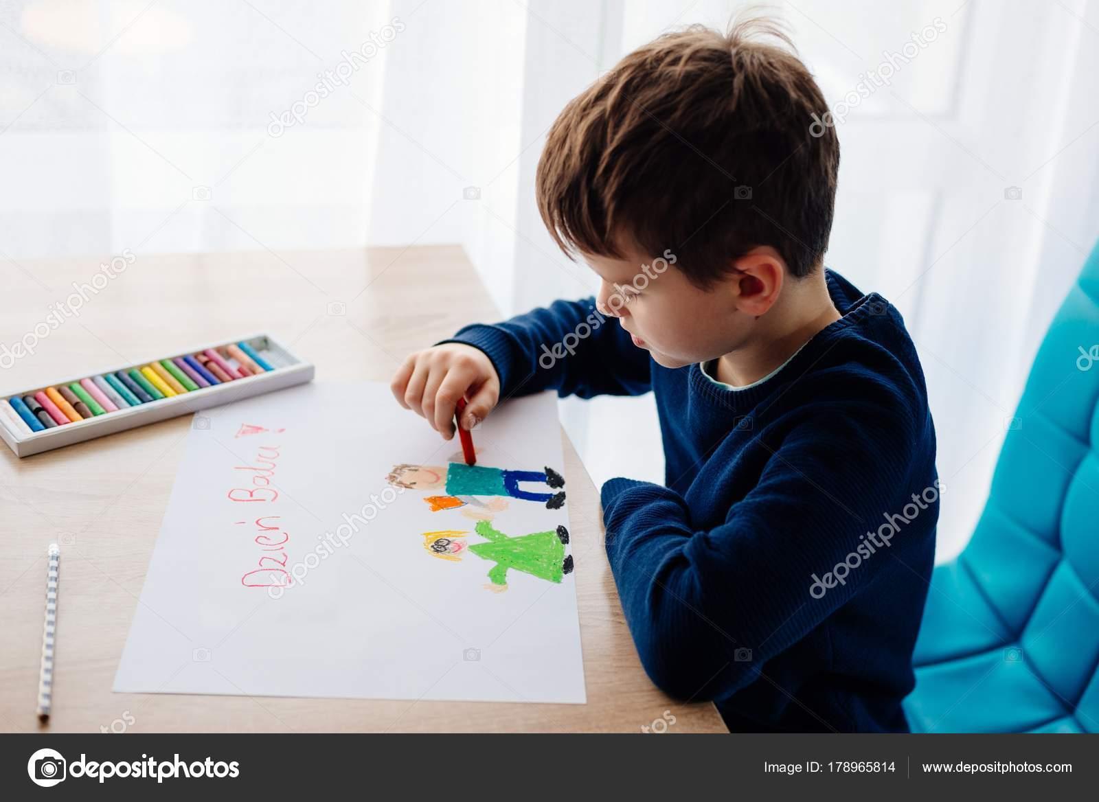 Gluckliches Polnischen Kind Zeichnen Eine Grusskarte Fur Seine Oma