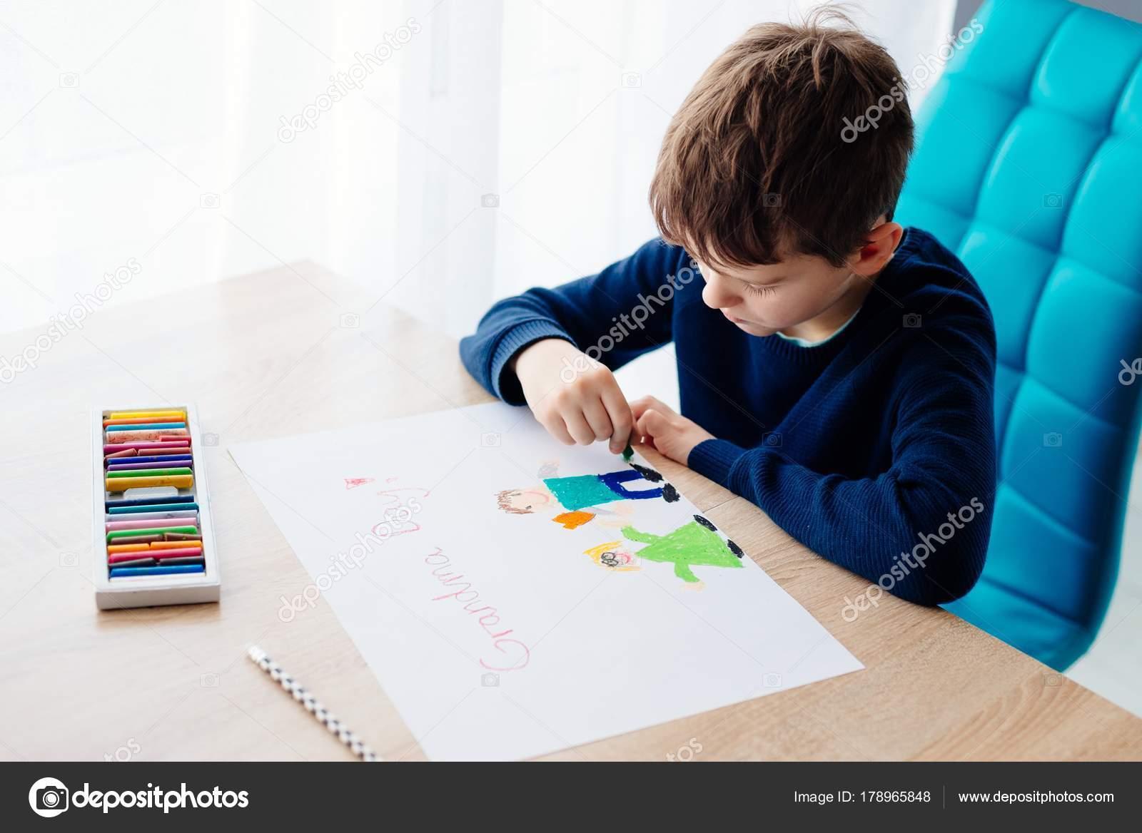 Gluckliche 8 Jahre Junge Kind Zeichnen Eine Grusskarte Fur Seine Oma