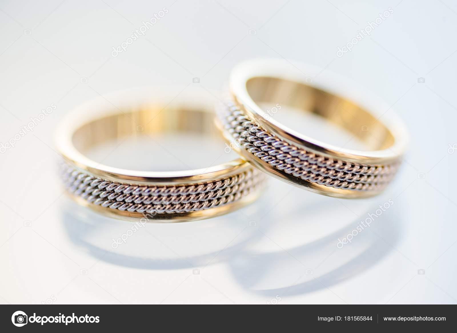 Золоті та срібні обручки — Стокове фото — білий © djedzura  181565844 efe215ab79a18