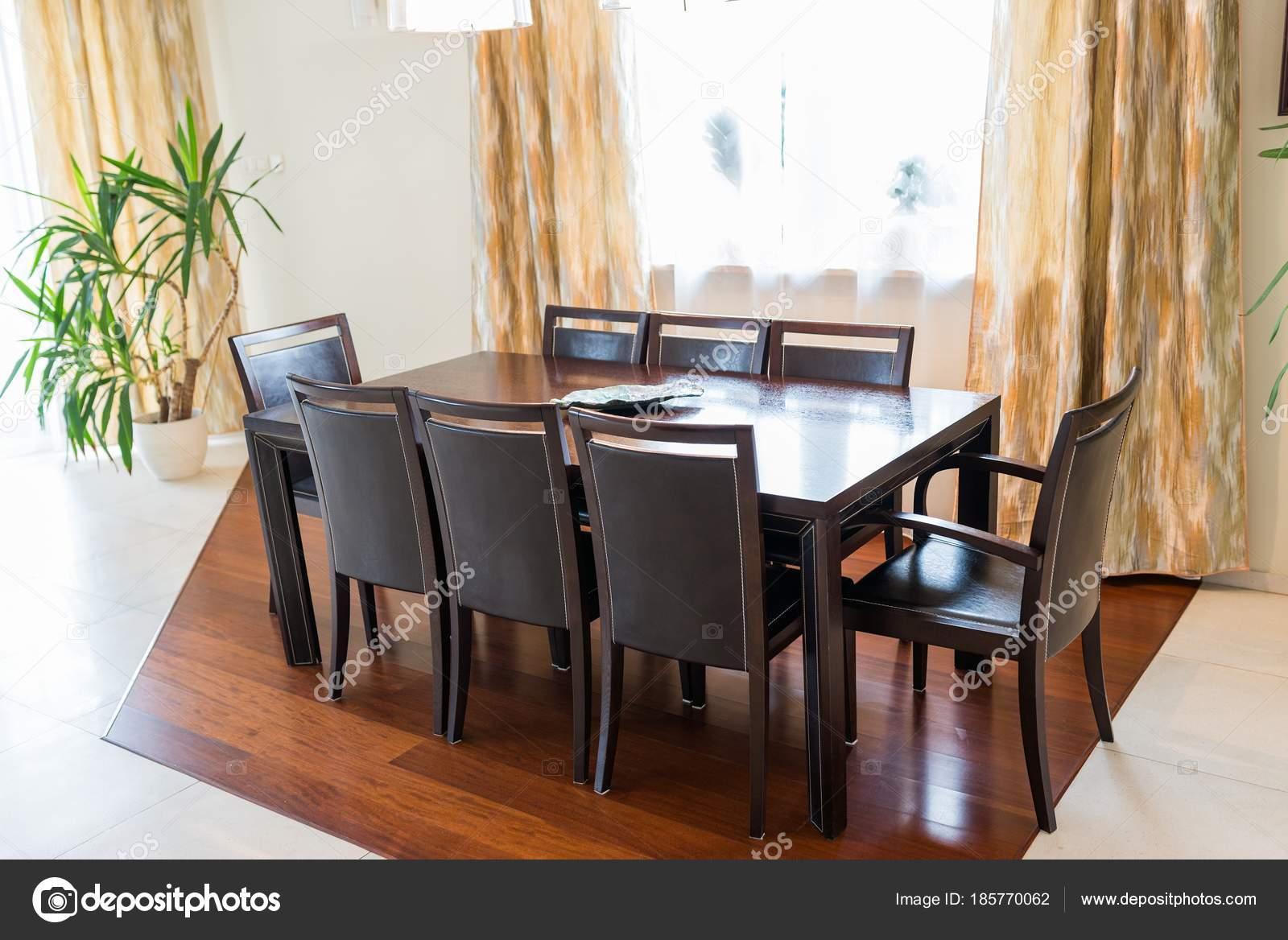Comedor con mesa grande marrón — Foto de stock © djedzura #185770062